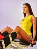 Ragazza nell'allenamento giallo sulla stampa della gamba Immagine Stock Libera da Diritti