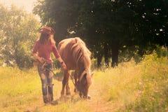 Ragazza nell'immagine di un cowboy Fotografia Stock Libera da Diritti