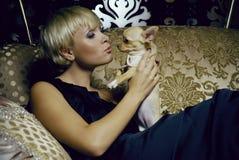 Ragazza nell'interiore di lusso con la chihuahua Fotografia Stock Libera da Diritti