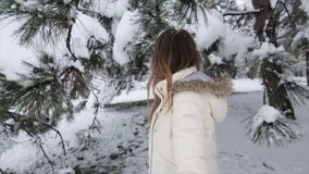 Ragazza nell'inverno Forest Snowy video d archivio