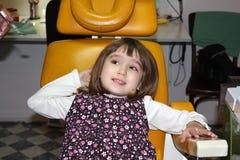 Ragazza nell'ufficio del dentista Immagini Stock Libere da Diritti