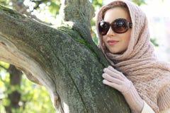 Ragazza nell'usura del parco un l'autunno della sciarpa Immagini Stock