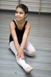 Ragazza nella classe di balletto Immagine Stock