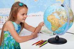Ragazza nella classe di geografia Fotografia Stock