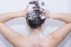 Ragazza nella doccia immagini stock