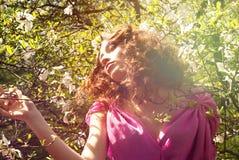 Ragazza nella donna dei fiori con la magnolia dei fiori Fotografia Stock