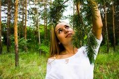 Ragazza nella foresta Fotografie Stock