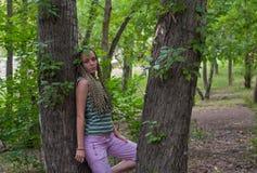 Ragazza nella foresta del pioppo fotografie stock libere da diritti