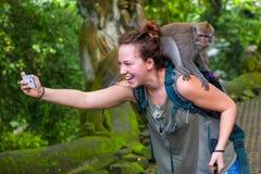 Ragazza nella foresta della scimmia di Ubud, Bali, Indonesia - marzo 2015 Fotografia Stock Libera da Diritti