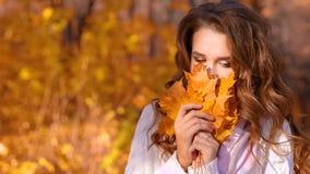 Ragazza nella foresta di autunno video d archivio