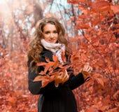 Ragazza nella foresta di autunno fotografia stock libera da diritti