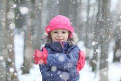 Ragazza nella foresta di inverno Fotografia Stock