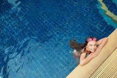 Ragazza nella piscina Fotografie Stock