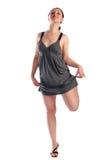 Ragazza nella posizione grigia del vestito Fotografie Stock Libere da Diritti