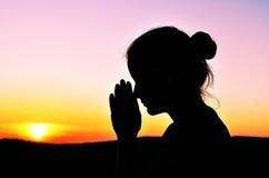 Ragazza nella preghiera Bellezza di estate Fotografie Stock