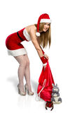 Ragazza nella ragazza della neve del vestito con la borsa del regalo Immagini Stock Libere da Diritti
