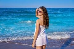 Ragazza nella riva di mare della spiaggia con il vestito da estate fotografie stock