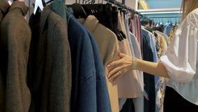 Ragazza nella sala d'esposizione del negozio di vestiti stock footage