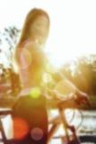 Ragazza nella sfuocatura della luce del sole immagini stock