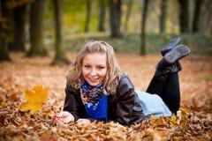 Ragazza nella sosta di autunno Immagini Stock