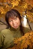 Ragazza nella sosta di autunno con la cenere di montagna Immagine Stock
