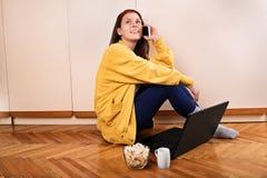 Ragazza nella sua stanza che parla sul telefono Immagine Stock