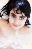 Ragazza nella vasca da bagno immagini stock libere da diritti
