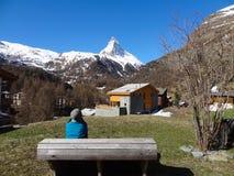 Ragazza nelle alpi svizzere Sul supporto il Cervino del fondo Fotografie Stock