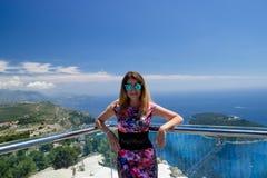 Ragazza nelle montagne e nel mare di Dubornik Croazia Immagine Stock