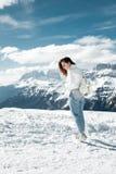 Ragazza nelle montagne nevose Festa nella stazione sciistica dell'Italia del Nord Giro alle dolomia Fotografia Stock