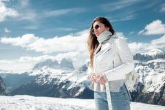 Ragazza nelle montagne nevose Festa nella stazione sciistica dell'Italia del Nord Giro alle dolomia Fotografie Stock Libere da Diritti
