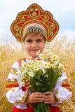 Ragazza nelle prendisole nazionali russe fotografia stock libera da diritti