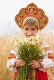 Ragazza nelle prendisole nazionali russe fotografie stock