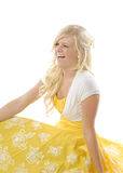 Ragazza nello sbattere le palpebre giallo del vestito Fotografia Stock