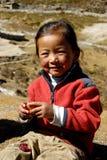 Ragazza nepalese che mangia un melograno Fotografia Stock