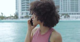 Ragazza nera che ha telefonata sul lungonmare video d archivio