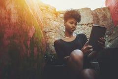 Ragazza nera dello studente con il pc della compressa Immagini Stock Libere da Diritti