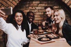 Ragazza nera Selfie amici gruppo Uomo e donne felici immagini stock libere da diritti