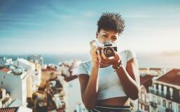 Ragazza nera seria con la retro macchina fotografica della foto del film Fotografia Stock Libera da Diritti