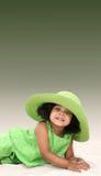 Ragazza nera sveglia con il cappello verde fotografia stock libera da diritti