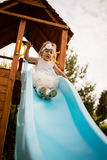 Ragazza nervosa del bambino del bambino che fa scorrere giù l'oscillazione Fotografie Stock