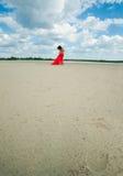 Ragazza nuda attraente sulla sponda del fiume Immagini Stock