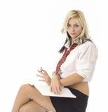 Ragazza o segretaria di seduta del banco che lo esamina Immagine Stock Libera da Diritti