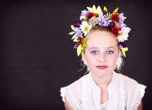Ragazza o teenager con i fiori in capelli Fotografia Stock Libera da Diritti