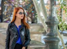 Ragazza in occhiali da sole alle vie parigine Fotografia Stock Libera da Diritti