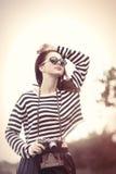 Ragazza in occhiali da sole ed in macchina fotografica Fotografia Stock Libera da Diritti