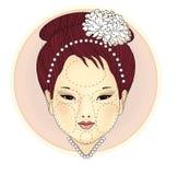 Ragazza orientale con una collana della perla e un fiore del crisantemo in suoi capelli Le zone cosmetiche non sono fronte, intor royalty illustrazione gratis