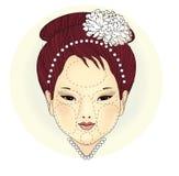 Ragazza orientale con una collana della perla e un fiore del crisantemo in suoi capelli Le zone cosmetiche non sono fronte, intor illustrazione di stock