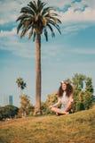Ragazza in parco che fa yoga fotografia stock