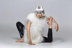 Ragazza in parrucca d'argento con trucco blu Immagine Stock
